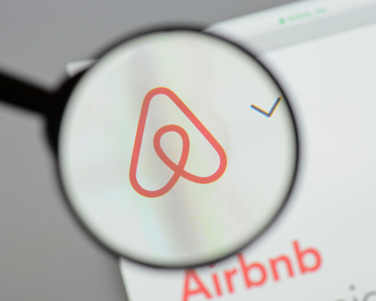 IT-savvy woman uncovers hidden camera in Airbnb bedroom
